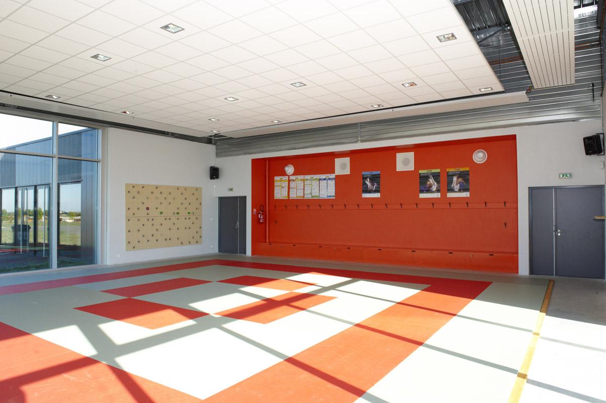 Architecture intérieure du complexe sportif construit par DGA Architectes