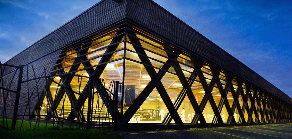 Vue du dojo des Herbiers de nuit par les architectes de DGA