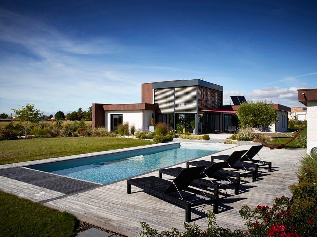 Maison individuelle avec piscine extérieur réalisée par l'agence DGA Architectes des Herbiers
