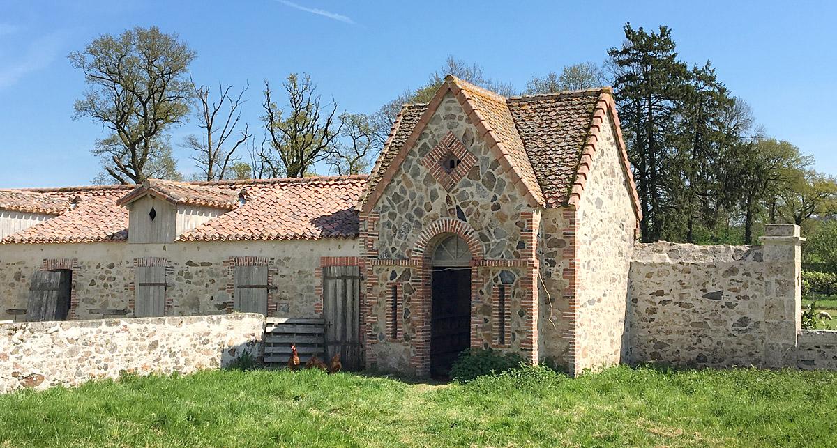 Maison en pierre apparente rénovée par l'agence DGA Architectes les Herbiers